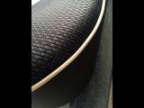 専用表皮ファブリック(ブラック)にベージュのパイピングがシックでスタイリッシュ!