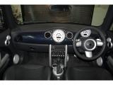 特別仕様車チェックメイトは、スペースブルーを使った内装が特徴的です。またドアシル部分にはモデル名でもあるチェッカーフラッグが奢られる。 オプションで、シートヒーターが装備されております。