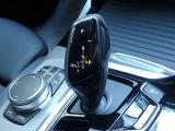 電子油圧制御式8速スポーツ・オートマチックトランスミッション(スポーツ・オートマチック・セレクター・レバー、ステップトロニック)はさらに洗練されBMWらしい走りを感じることができます。