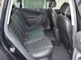 リアシート足元は十分なスペースがあり長距離長時間のドライブも快適です。左右ドアにはシェード付きです。