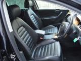 ブラックレザーシートはメモリー機能付きです。冬場にはうれしいシートヒーターもございます。
