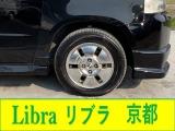 純正のアルミホイールとタイヤが装着されています。