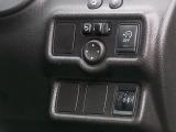 プライバシーガラスやヘッドライトレベライザー、電動格納角度調整機能付きドアミラー[自動格納機能内蔵]、雨の日に快適なドアバイザー&車速感知無段間けつ式フロント/間けつ式リヤワイパーなども装備!!