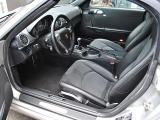 クラシックテイストな佇まいのインパネ周り 先代とは異なり、911との車輌コンセプトの差異がデザイン面でも大きく表現されています