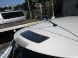 こちらが、最上級Gグレードのみの装備、ソーラーパネルです。12Vバッテリーに発電した電力を供給致します。