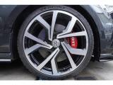 純正19インチアルミホイール。タイヤも7分残っており当面の間安心して走行可能です。輸入車・国産車問わず下取り・買取査定も承りますので、まずは03-6666-2544までお気軽にご相談下さい。