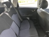 後部座席もゆったりと座れるスペースがあり、足元も広々しております。