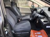 アームレスト付きの運転席