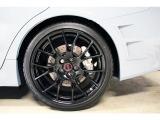 255/35/R19(フロント・リア共通)のタイヤを装着。盗難防止ロックナット装着。特別感溢れる専用ホイールとタイヤで走行性能がさらにアップ!