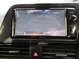 バックガイドモニターはハンドルの切れ角を感知して進行方向を予測します。 縦列駐車ガイド機能付き。