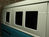 ウィンドーパネルを貼り付けています。窓は普通に開け閉め可能です。