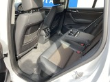 殆ど使われていなかった様子のリアシート。ファミリーユースの車両で良く見かける前席背面の汚れや傷も殆ど有りません。後部座席に肘置き兼用のカップホルダーやエアコンなど充実の装備がございます。