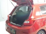 ハッチバックを開いたらこんな感じです。大きな荷物を乗せる時は手軽にシートアレンジが出来る!