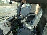 乗車定員は3名・センター座席裏にコンソールボックスが付いています。
