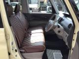 車のボディーカラーイエローに茶色のシートカバーがお似合いです💛