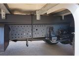 タイヤ止め2個 燃料タンク100L 右シャシR3連タイヤチェーンフック 左シャシ中央工具箱