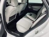 殆ど使われていなかった様子のリアシート。ファミリーユースの車両で良く見かける前席背面の汚れや傷も殆ど有りません。後部座席に肘置き兼用のカップホルダー・エアコンなど充実の装備がございます。