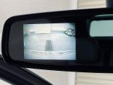 ルームミラー一体型の左サイド&バックカメラに加え、車輌の前後バンパーに装着されたパーキングセンサーが障害物を検知し車庫入れも安心です。