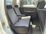 足元も広く高さもあり、また、後部座席にもアームレストが付いているので移動も快適です。