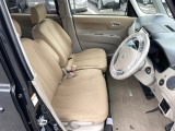 アームレストもついた広いベンチシート☆ゆったりと運転することができます♪
