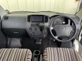 運転席、助手席もオプションのベッドと同色のシートカバーがついています。