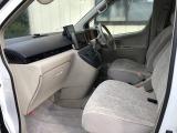 助手席の足元も非常にゆったりと余裕のスペース。