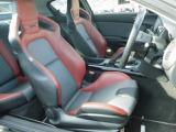 専用設計されたレカロ製バケットシートを有します