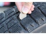 タイヤは新品ではないですが、残り溝70%以上の物をお付けしておりますので、2・3年は使えるはずです。4月~9月までは夏タイヤ、10月~3月までは、冬タイヤをお付けしております。安心してお乗りください。