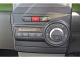 オートエアコンです。温度設定をするだけで風量等は自動で調整を行い車内を快適に保ってくれます。