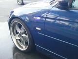 サイドウインカーもLEDのタイプ、トパーズブルーにクリアなブルーが映えます。メッキの20インチホイールもよいコントラストです。タイヤはコンチネンタルを使用しています。