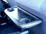 後席には小型のピクニックテーブルが設けられ軽食などにあると便利なアイテムです。