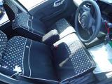 シートはソファーのようにゆったりと座れるベンチシート!しかもコラムシフトだから、運転席から助手席にウォークスルーがスムーズにできて、ドライバーが助手席から乗り降りするときなどに便利です!