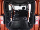 後席シート格納 後席シートを格納すると、広大なスペースが出現。段差がないので、荷物を傾けることなく安定して積めます。