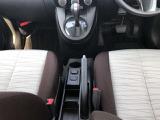 シフトレバーは、運転席側横にあります。サイドブレーキもこちらにあります。