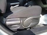 運転席のシートリフターはドライブポジションの確保に役立ちます。