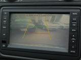 ギアをリバースに入れるとバックカメラ(リヤビューモニター)が作動します。車両後退時の安全確保に便利な機能です。