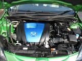エンジン効率を徹底的に追求したスカイアクティG1.3エンジン。軽量化されたボディと相まって走りの良さと低燃費を両立させました。
