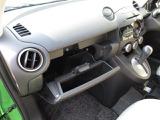 マガジンラック機構付きのグローブBOX。奥には車検証入れがしっかり入ります。手前には地図や情報誌など差しておけば必要な時にサッと取り出せて便利で快適です。
