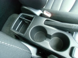 運転席横に、カップホルダーを収納できるポケットがあるので、ジュースを置けて便利です♪