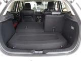 後席のシートバックは分割して倒せるため積み込む荷物に応じたラゲッジスペースを確保できます