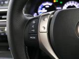 メタルが伸びやかに輝く水平基調のインストルメントパネルは、開放感のある心地よさを。乗る人を迎えるように前方へせり上がるセンターコンソールは、ほどよい包まれ感を。