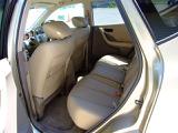 フカフカの本革リヤシート! 純正プライバシーガラス採用で、室内のプライバシーを守ります。夏場の車内温度も上がりにくくなります。