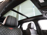 パノラミックルーフは標準で装着されており、車内を明るく演出します。