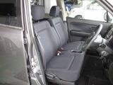 人気のベンチシート、運転席から助手席側の移動もらくらく