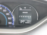 見やすいメーターです。平均燃費や航続可能距離などを表示するインフォメーションディスプレイが、ドライブに役立ついろいろな情報を表示してくれます。