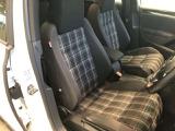 運転席、助手席はゆったりくつろいでいただけるコンフォートシート。ロングドライブでの疲れを緩和してくれるので、楽しいドライブを邪魔しません!