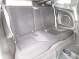 後部座席は2名分装備されていますが、初代CR-Xと同様に最小限の空間しか無く、大人は上半身をかがめて座る必要があります。イザと言う時のエマージェンシーシート・・・ですね!