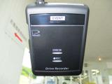 カメラ一体型タイプのドライブレコーダーが装備。不意の事故や防犯対策に役立ちます。こちらはエンジン始動に連動して自動的に電源がオンになり、録画を開始。パソコンで、車の走行軌跡や車速の確認が可能です。