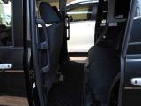左側電動スライドドアです!狭いスペ-スでも、隣の車を気にせずに開閉できます!どんな場所でもドアを十分に大きく開くことが出来ますので、乗り降りやお荷物の出し入れにとても便利です!