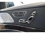【メモリー機能付きパワーシート】シートヒーターとシートベンチレーションを備え、無段階でのシート調整ができ、シート位置やドアミラー角度などを3パターンまで記憶が可能なパワーシートで御座います。